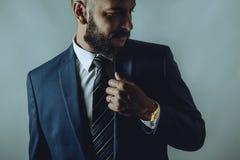 L'uomo della barba in un vestito sorride fotografia stock