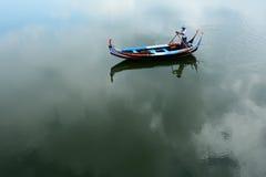 L'uomo della barca nel lago Tayngthaman Immagine Stock Libera da Diritti