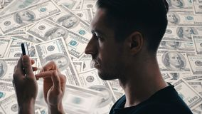 L'uomo della doppia esposizione utilizza uno smartphone per fare i soldi Concetti dell'affare moderno nello smartphone archivi video