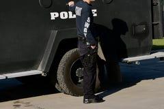 L'uomo della polizia serve da membro dello SCHIAFFO fotografia stock