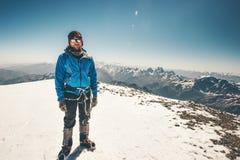 L'uomo dello scalatore ha raggiunto la sommità orientale della montagna di Elbrus Fotografie Stock