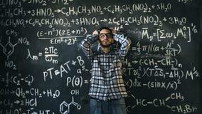 L'uomo dello scienziato deludente circa i problemi sperimenta nella stanza chimica e matematica di equazioni Fotografie Stock Libere da Diritti