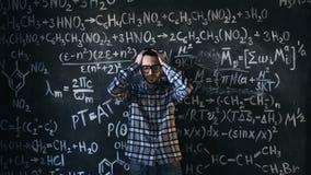 L'uomo dello scienziato deludente circa i problemi sperimenta nella stanza chimica e matematica di equazioni Fotografia Stock Libera da Diritti