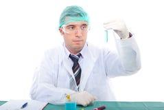 L'uomo dello scienziato esamina il tubo Fotografia Stock Libera da Diritti