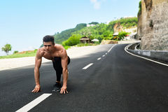 L'uomo dello sprinter sull'inizio, aspetta per funzionare all'aperto Sport correnti Fotografie Stock Libere da Diritti