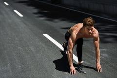 L'uomo dello sprinter sull'inizio, aspetta per funzionare all'aperto Sport correnti Fotografia Stock Libera da Diritti