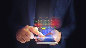 L'uomo di affari è schermo attivabile al tatto di uso un l'ologramma virtuale di riserva immagini stock libere da diritti