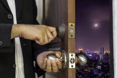 L'uomo di affari apre la porta a paesaggio urbano Immagini Stock