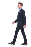 L'uomo di affari cammina per parteggiare Immagini Stock Libere da Diritti