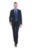 L'uomo di affari cammina verso la macchina fotografica Fotografie Stock