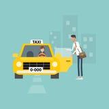 L'uomo di affari che ottiene il taxi va lavorare l'affare in città Immagini Stock Libere da Diritti