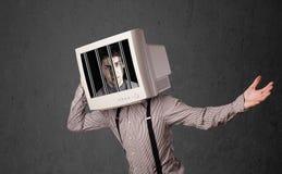 L'uomo di affari con il monitor sulla sua testa traped in un sistema digitale Immagini Stock