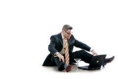 L'uomo di affari controlla il suo email (Workaholic) Fotografie Stock