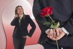 L'uomo di affari dà una rosa alla sua amica Fotografia Stock Libera da Diritti