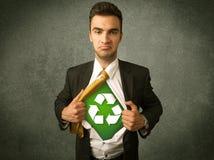 L'uomo di affari dell'ecologo che lacera la camicia con ricicla il segno Fotografie Stock Libere da Diritti