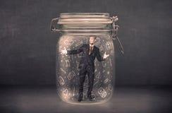 L'uomo di affari ha catturato in barattolo di vetro con le icone disegnate a mano c di media Immagini Stock