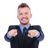 L'uomo di affari indica voi con entrambe le mani Fotografia Stock