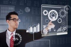 L'uomo di affari lavora con lo schermo virtuale Immagine Stock Libera da Diritti
