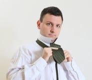 L'uomo di affari lega una cravatta Fotografia Stock