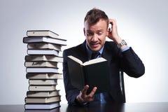 L'uomo di affari non capisce il libro Fotografia Stock