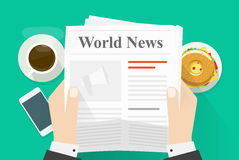 L'uomo di affari passa il giornale della tenuta con le parole titolo di notizie di mondo, il testo astratto e la foto, pausa caff Fotografie Stock