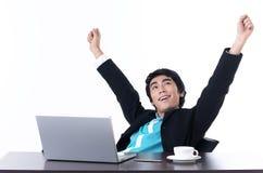 L'uomo di affari si distende con felicemente dopo il funzionamento Immagine Stock Libera da Diritti