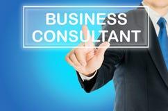 L'uomo di affari sta spingendo la parola del CONSULENTE IN MATERIA di AFFARI Fotografie Stock