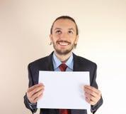 L'uomo di affari tiene una scheda bianca vuota Fotografie Stock