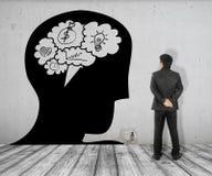 L'uomo di affari vede l'immagine di concetto del cervello di conversazione della bolla in testa sul mattone bianco pavimentare e  immagine stock libera da diritti