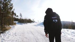 L'uomo di camminata nell'inverno nello sport della foresta cammina nella foresta nell'inverno video d archivio