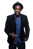 L'uomo di colore con l'espressione felice con il telefono Fotografia Stock