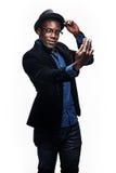 L'uomo di colore con l'espressione felice con il telefono Fotografie Stock Libere da Diritti