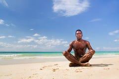 L'uomo di colore fa la posizione di yoga immagine stock