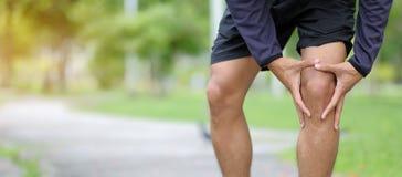 l'uomo di forma fisica che tiene la sua lesione di sport, muscle doloroso durante l'addestramento immagini stock