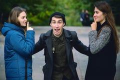 L'uomo di grido ha sollevato le mani e le ragazze provano a calmarla Immagine Stock Libera da Diritti