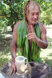 L'uomo di Islander del cuoco prepara la bevanda di kava-kava nel cuoco Island di Rarotonga fotografia stock