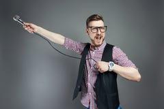 L'uomo di karaoke canta la canzone al microfono, cantante con la barba sul g Fotografie Stock