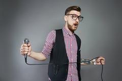 L'uomo di karaoke canta la canzone al microfono, cantante con la barba sul g Fotografia Stock