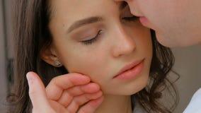 L'uomo di relazione di affetto di amore delle coppie si preoccupa la guancia archivi video