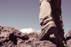 L'uomo di sport va alla cima della montagna Immagini Stock Libere da Diritti