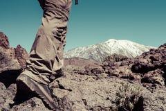 L'uomo di sport va alla cima della montagna Fotografia Stock Libera da Diritti