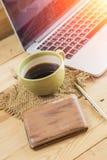 L'uomo di stipendio sveglia la mattina con caffè, concetto del lavoro a casa Fotografie Stock Libere da Diritti