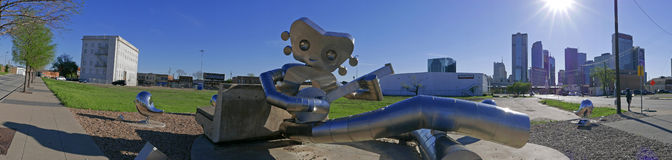 L'uomo di viaggio fa parte delle tre serie della scultura dell'acciaio alla stazione del DARDO della via dell'olmo a Dallas fotografia stock