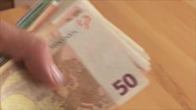 l'uomo dimostra i soldi video d archivio