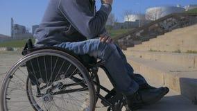 L'uomo disabile in sedia a rotelle non può superare l'ostacolo, punti per le sedie a rotelle, persona invalida su sedia a rotelle video d archivio