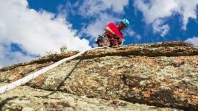 L'uomo discende dalla cima della scogliera stock footage
