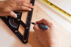 L'uomo disegna la progettazione, forme geometriche dalla matita fotografie stock