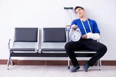 L'uomo disperato che aspetta il suo appuntamento in ospedale con si è rotto immagine stock libera da diritti