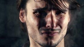 L'uomo distorce il fronte dispiaciuto dovuto il fumo nocivo video d archivio
