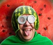 L'uomo divertente con il casco dell'anguria e googla Fotografie Stock